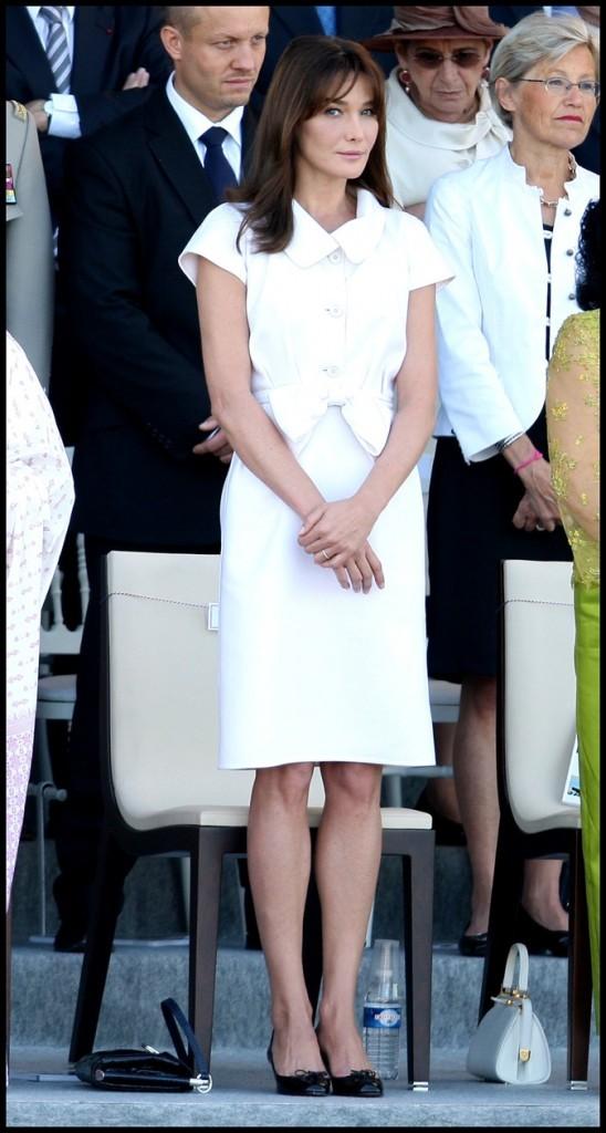 Juillet 2009 : Carla Bruni-Sarkozy en petite robe blanche