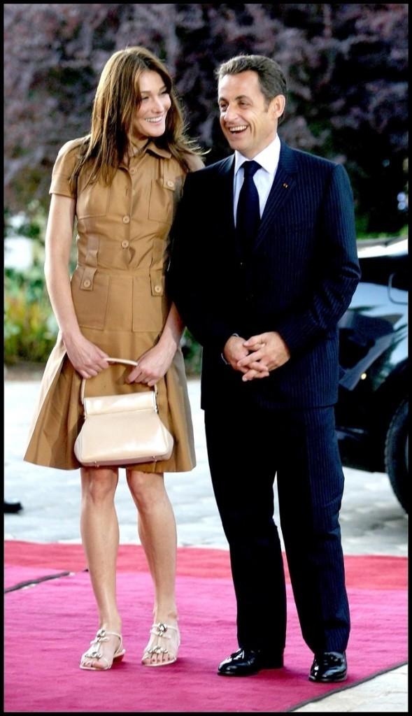 Juin 2008 : Carla Bruni-Sarkozy en petite robe camel