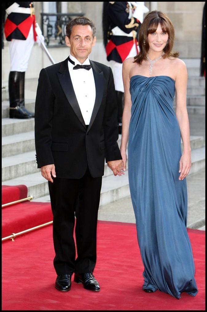Juin 2009 : Carla Bruni-Sarkozy en fourreau bleu canard