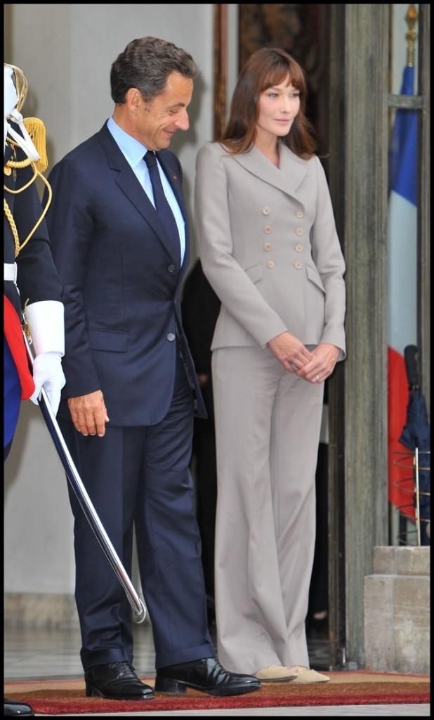 Septembre 2010 : Carla Bruni-Sarkozy en tailleur gris