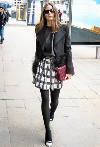 Olivia Palermo porte à la main sa pochette Dior