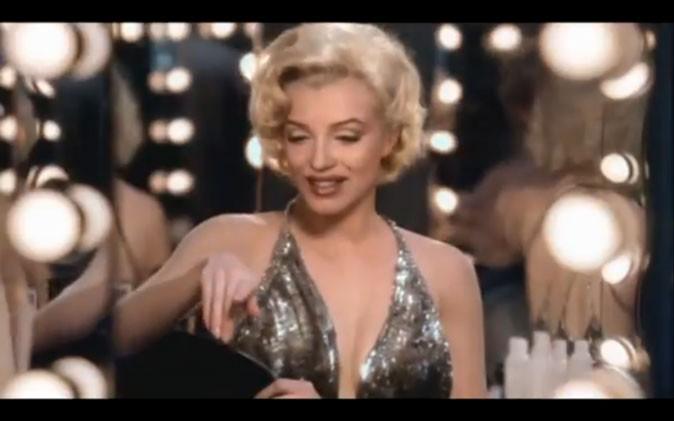 Et voici Marilyn Monroe devant sa coiffeuse !