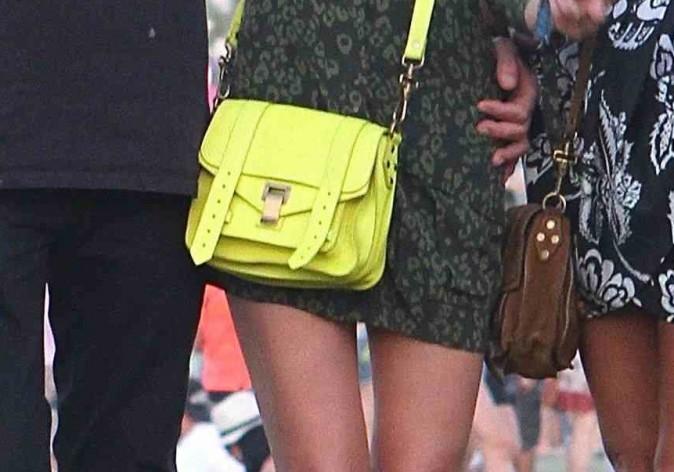 On shoppe de toute urgence le sac jaune fluo de Laetitia Hallyday !