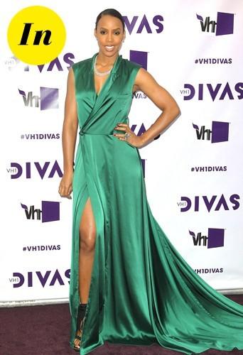Kelly Rowland dans une somptueuse robe en satin vert émeraude.