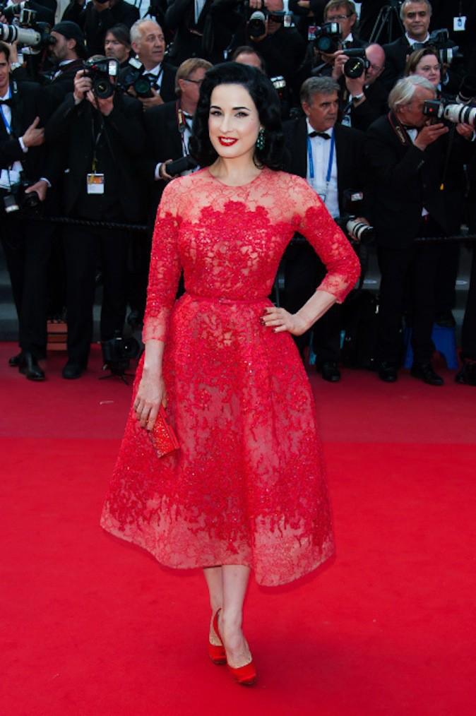 Dita Von Teese en robe rouge ton sur ton sur red carpet !