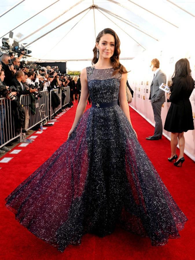 Emmy Rossum en petite robe noire sur tapis rouge !