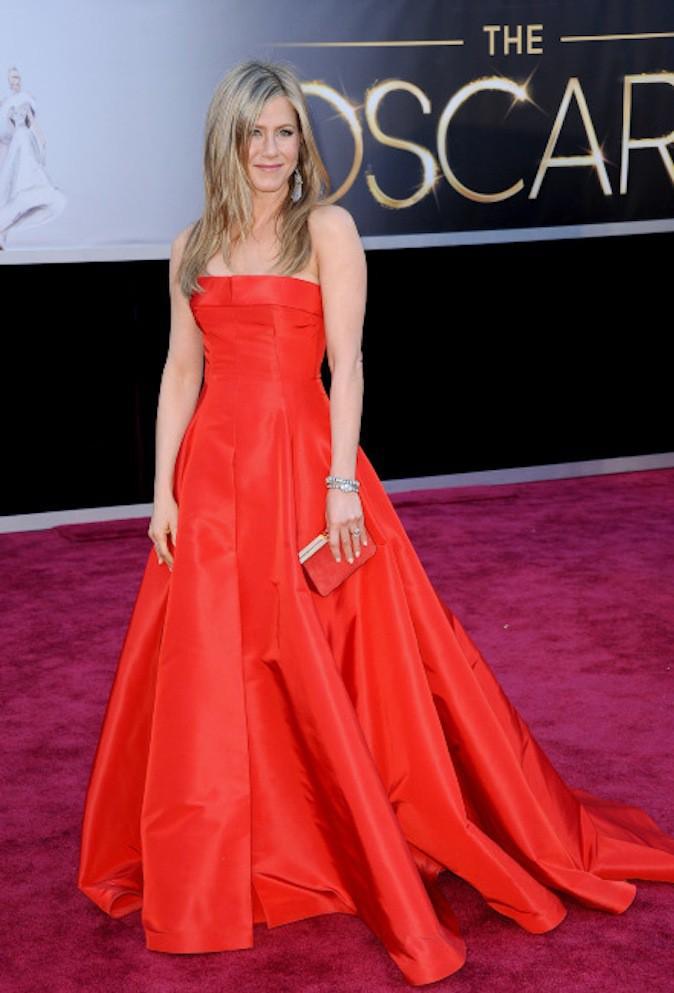 Jennifer Aniston en robe rouge ton sur ton sur red carpet !
