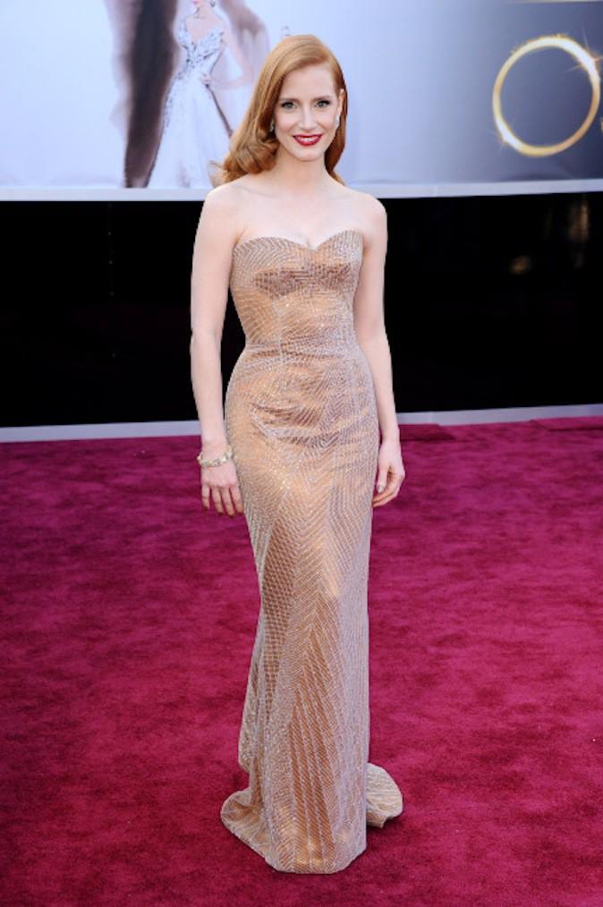 Jessica Chastain sort le grand jeu en robe dorée sur red carpet !