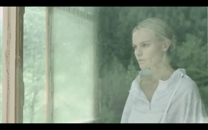 La diaphane Kate en chemise blanche