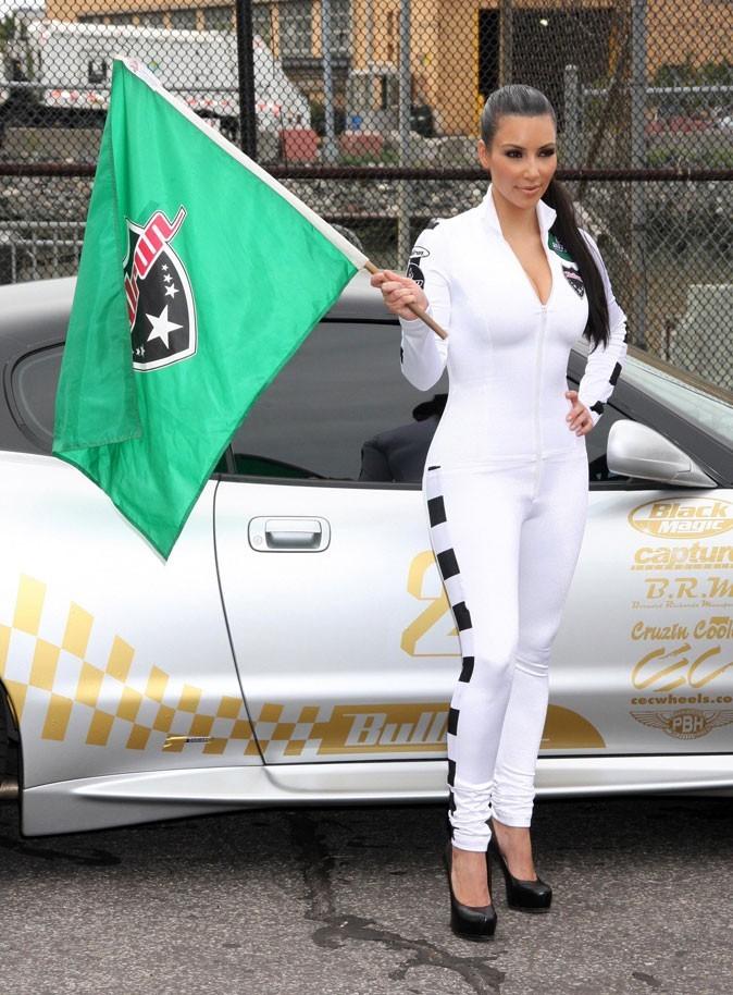 Kim donne le départ d'une course automobile... et de son white marathon !