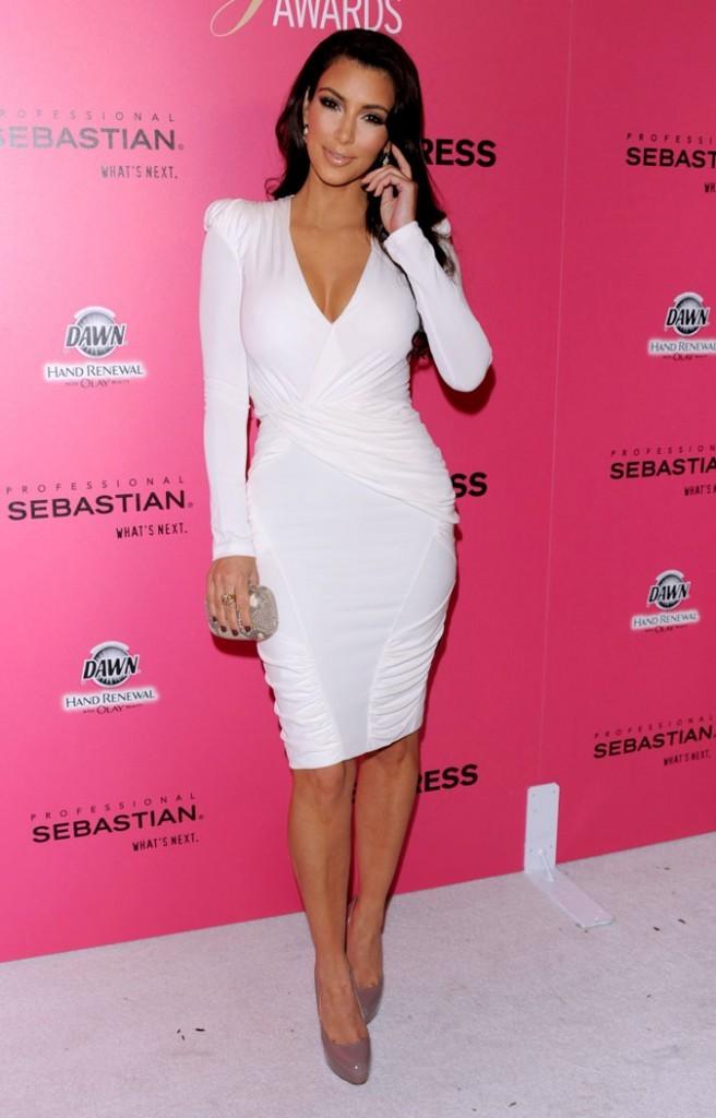 Kim Kardashian : une robe froncée qui met ses courbes en valeur !