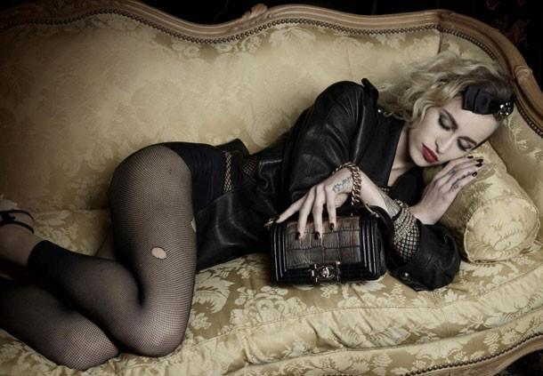 Alice Dellal en égérie chic et trash pour le Boy de Chanel