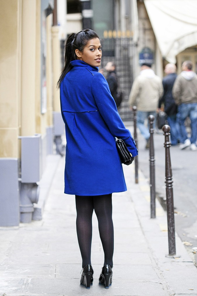 Manteau en laine, double boutonnage, 1.2.3. 229 €. Sac baguette, Kookaï. 169 €. Gants cuir, Mango. 34,95 €. Collants opaques, Dim. 9,90 €. Derbies compensés en cuir, Eden. 120 €.