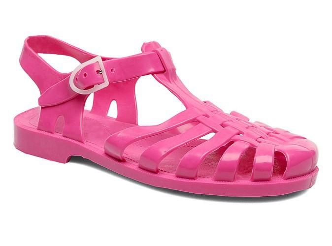 Sandales en plastique rose, Méduse, chez Sarenza. 22,90 €.