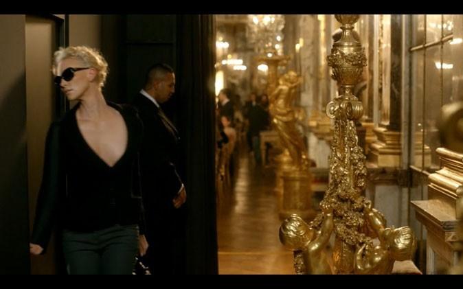 Charlize s'engouffre dans une porte mystérieuse... La suite au prochain épisode !