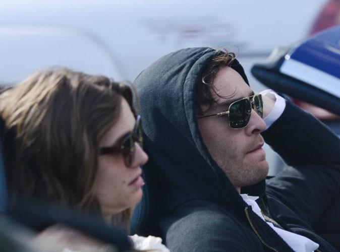 Peut-être est-ce une idée pour passer incognito, mais lunettes de soleil et capuche ne font pas bon ménage !