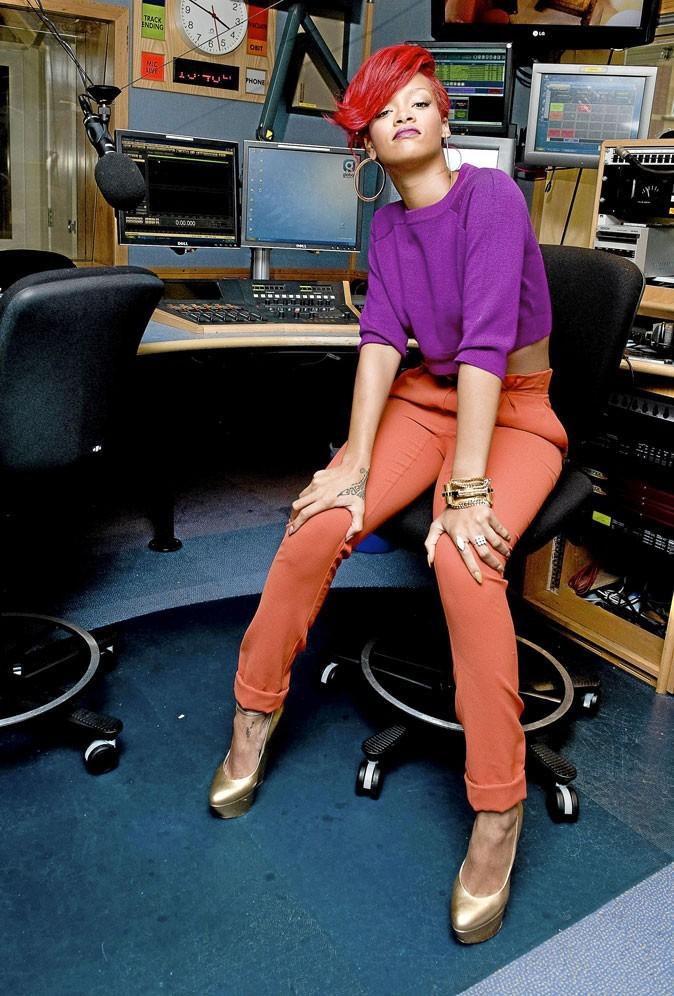 Le look color block orange et violet de Rihanna !