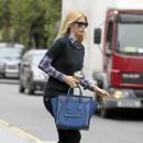 Claudia Schiffer porte le sac Luggage de Céline