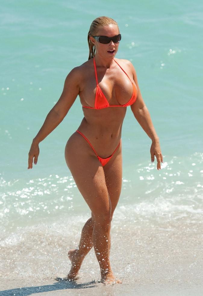 Coco, la compagne d'Ice T, porte un maillot de bain flashy !