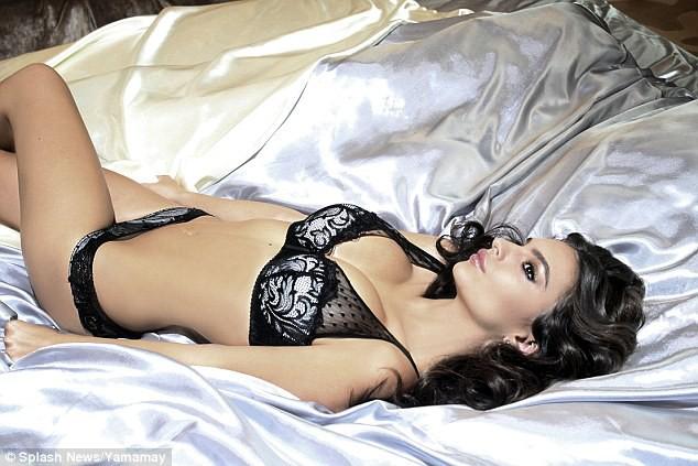 Mode : Emily Ratajkowski : une Mère Noël incroyablement sexy pour une marque de lingerie !