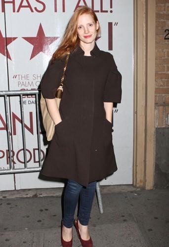 Jessica Chastain a choisi un manteau marron.