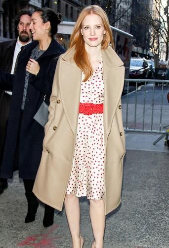Jessica Chastain dans son manteau camel Michael Kors