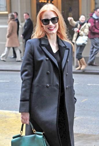 Jessica Chastain dans un long manteau gris.