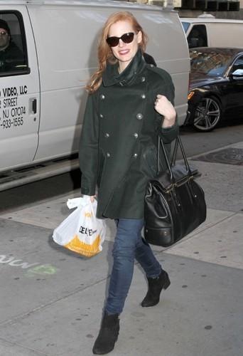 Jessica en manteau army.