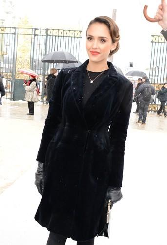 Jessica Alba au défilé Dior en total look noir !