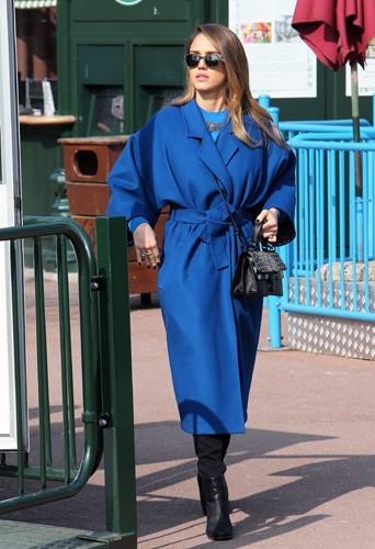 Jessica toujours dans son manteau Kenzo au jardin d'acclimatation