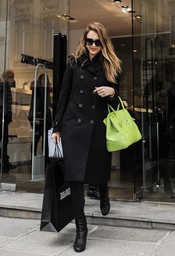 Total look noir pour faire du shopping incognito