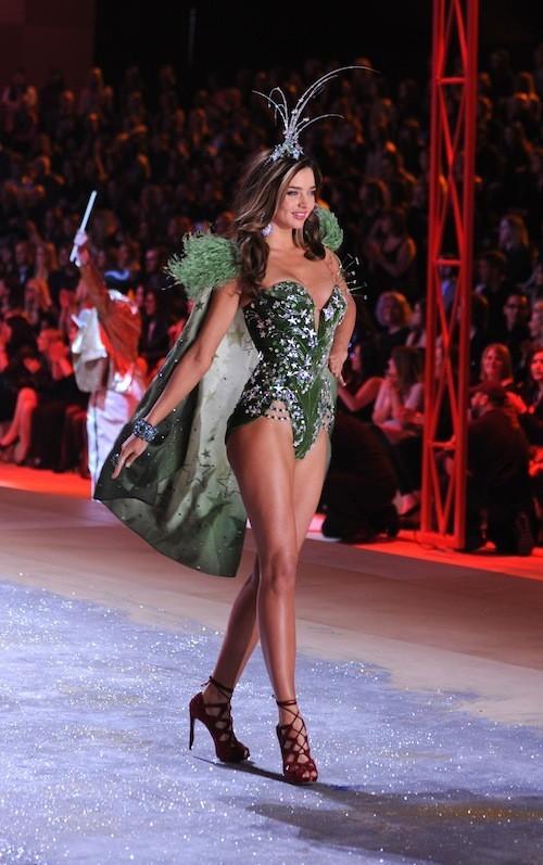 Miranda Kerr en train de défiler