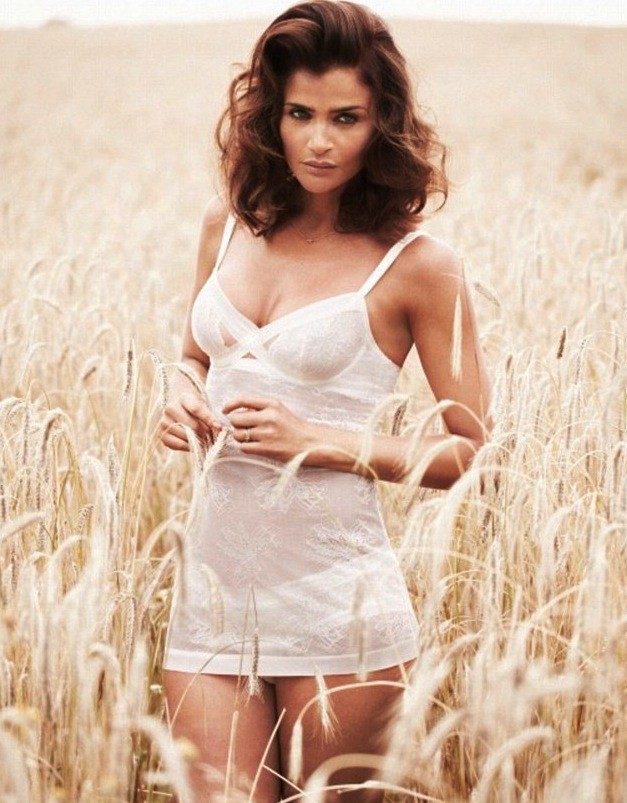 Mode : Helena Christensen: elle souffre pour être sexy et triomphe en lingerie !