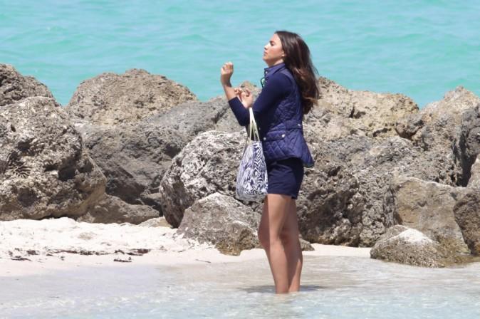 Mini short et pull assorti, ambiance au bord de la mer pour ce shooting à Miami !