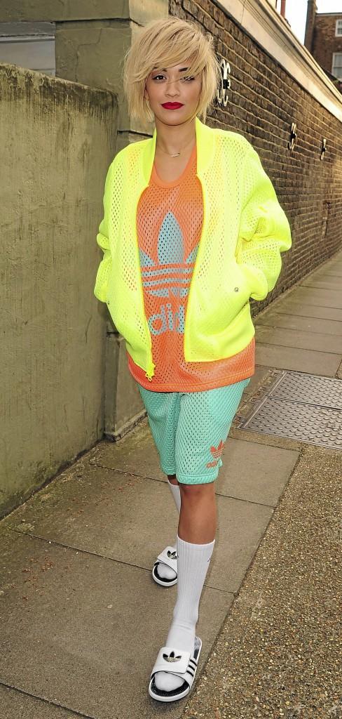 Rita Ora adopte les claquettes !