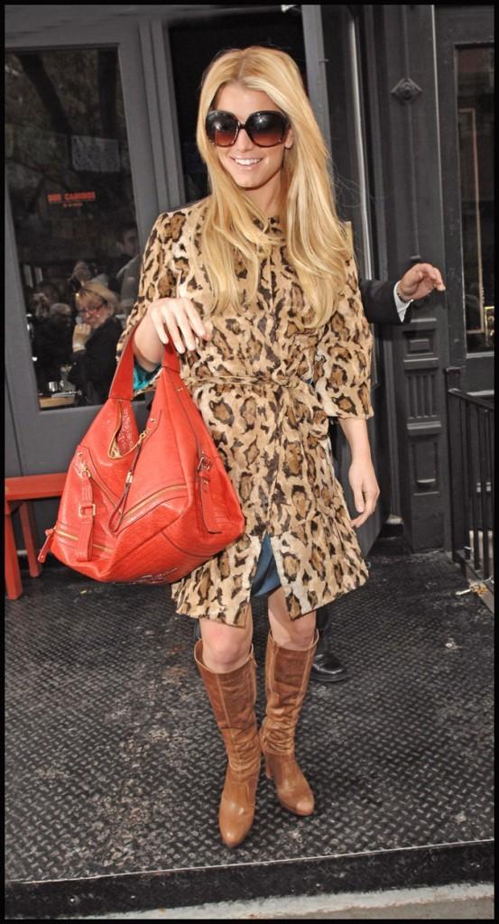 Manteau imprimé léopard et sac rouge pour Jessica Simpson