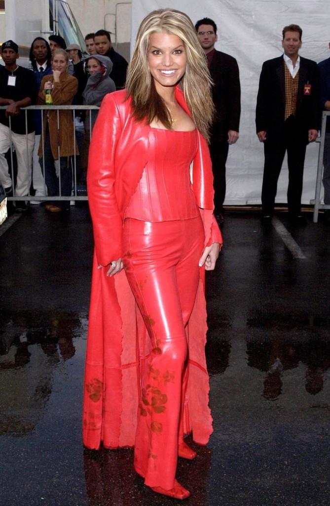Total look cuir rouge et fleur pour une Jessica Simpson toute en couleur en 2001