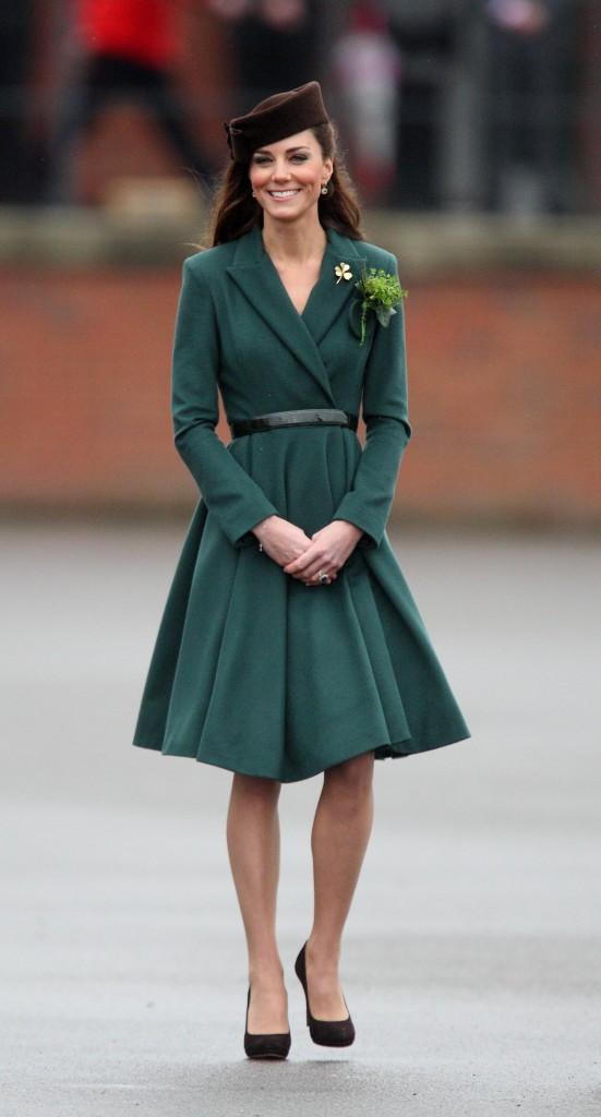 Mode : Kate Middleton : ses robes seraient trop courtes pour Elizabeth II !