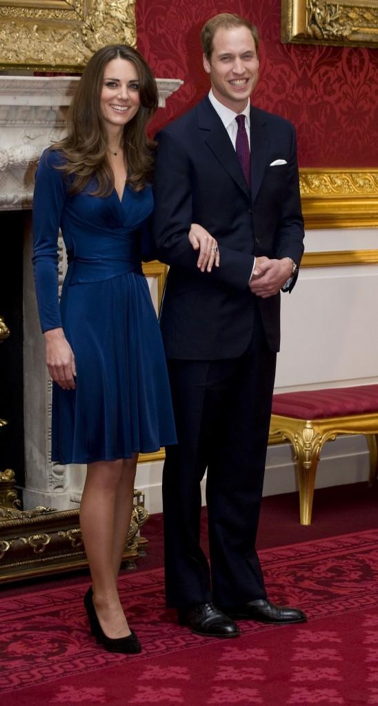 Kate Middleton dans une petite robe Reiss bleu marine lors de ses fiançailles
