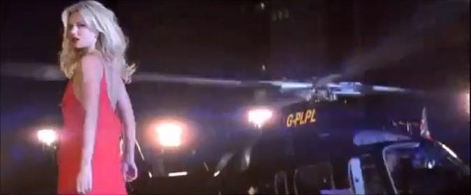 et s'envole à bord d'un hélicoptère, poursuivie par ses fans !