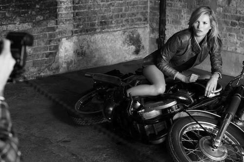 Mode : Kate Moss : la brindille prend la pose en bikeuse ultra-sexy !