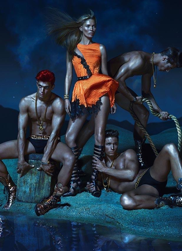 Kate Moss pose pour Versace aux côtés d'Eward Wilding, Kacey Carring et Veit couturier