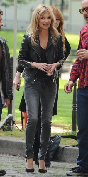 Kate Moss, l'oeil noir fumé pour un slim gris poussière !