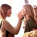 Les maquilleuses transforment Kate en femme fatale