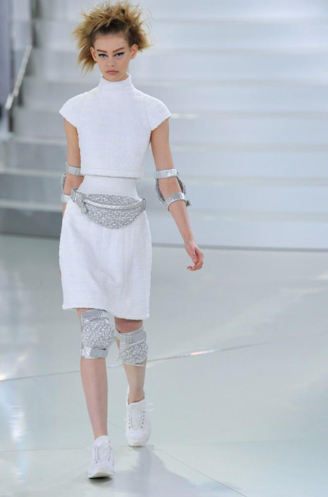 Chanel est le grand responsable du retour de la banane puisque Lagerfeld l'a faite défiler sur les podiums pour sa collection Printemps 2014 !