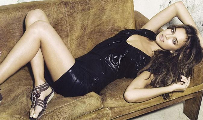 Irina pose dans un canapé comme Mariah Carey le fait au naturel!