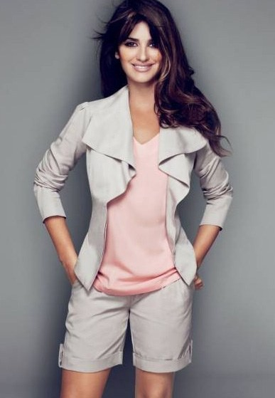 Mode : le look working girl sexy de Penélope Cruz pour Charles Vögele !