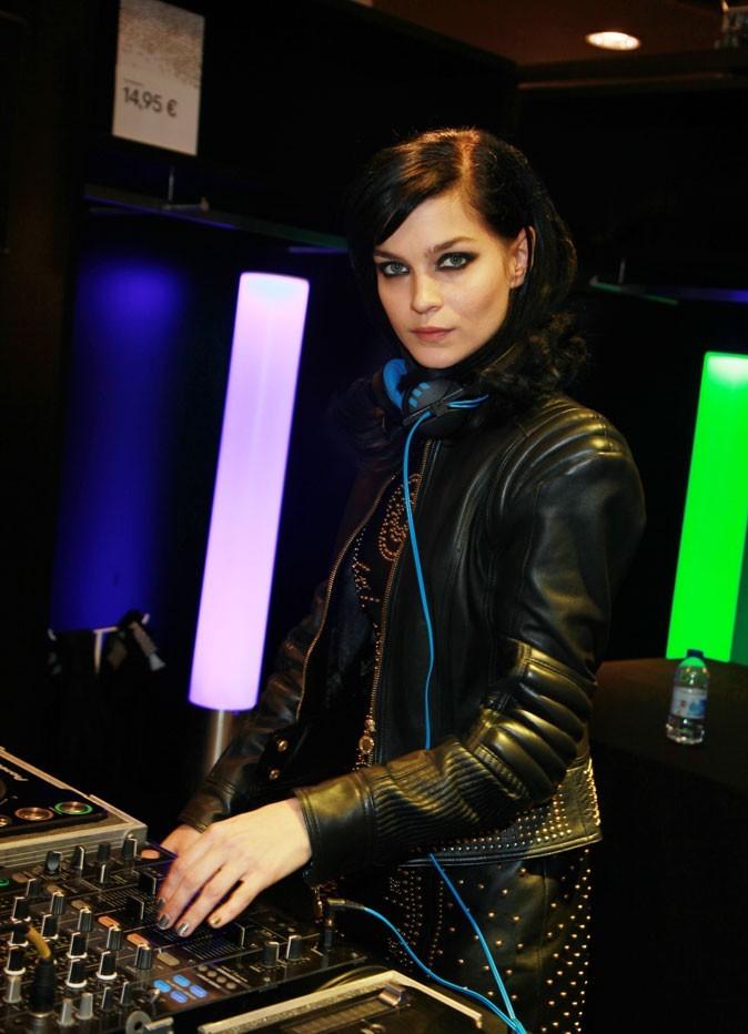 Leigh Lezark mixe pour la soirée Versace for H&M