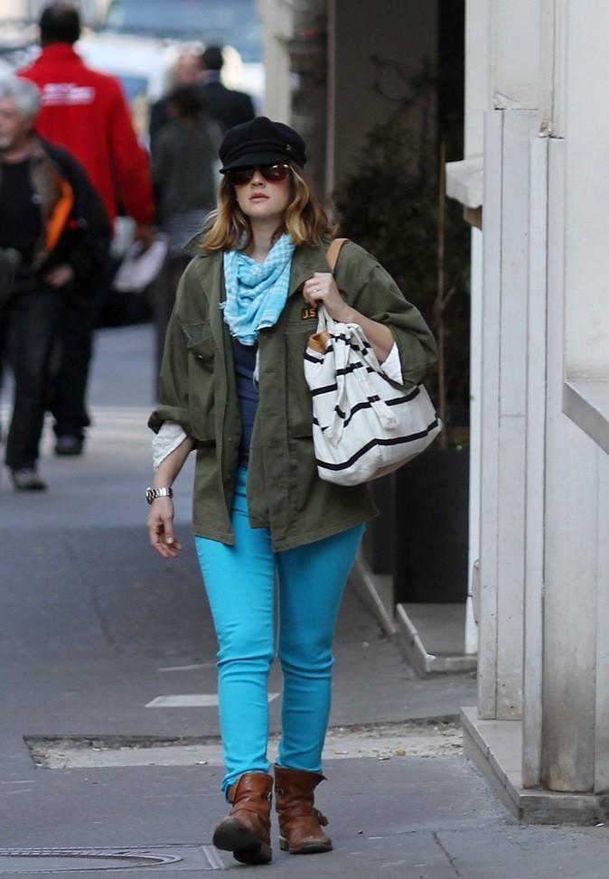 Drew Barrymore : veste militaire et pantalon coloré !