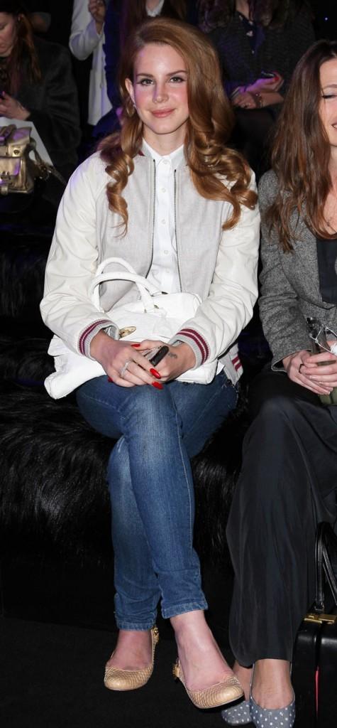 Lana Del Rey au défilé Mulberry, le Del Rey sur les genoux !